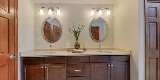 Clairage de votre salle de bain 3 erreurs communes viter for Eclairage salle de bain au dessus miroir